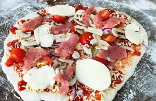 """Pizza """"VILDMARKEN"""" med älgfilé"""